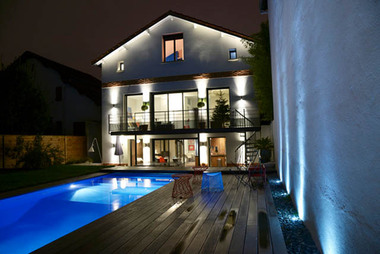 maison Côte pavée, façade sur jardin de nuit